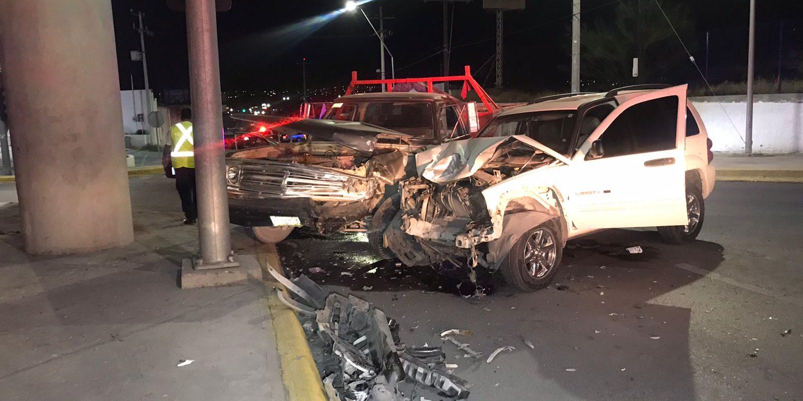Policiaca: Fuerte encontronazo entre camión y camioneta en bulevar Pape y Zaragoza deja un niño y una mujer lesionados; en Monclova
