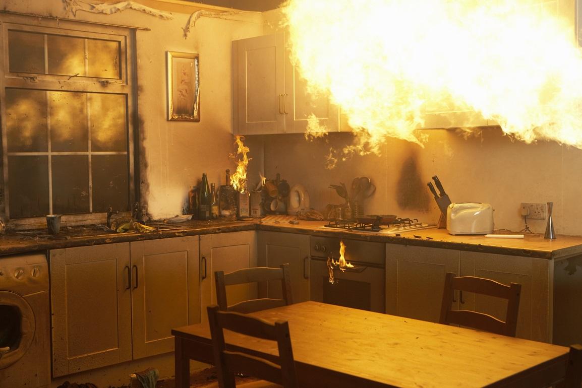 Se cansó de limpiar la suciedad de otros: Mujer incendió su casa con su esposo dentro