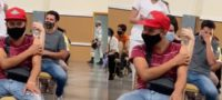 Millennial se enfrentó a su peor miedo: Con los ojos cerrados y gritando recibió la vacuna antiCovid