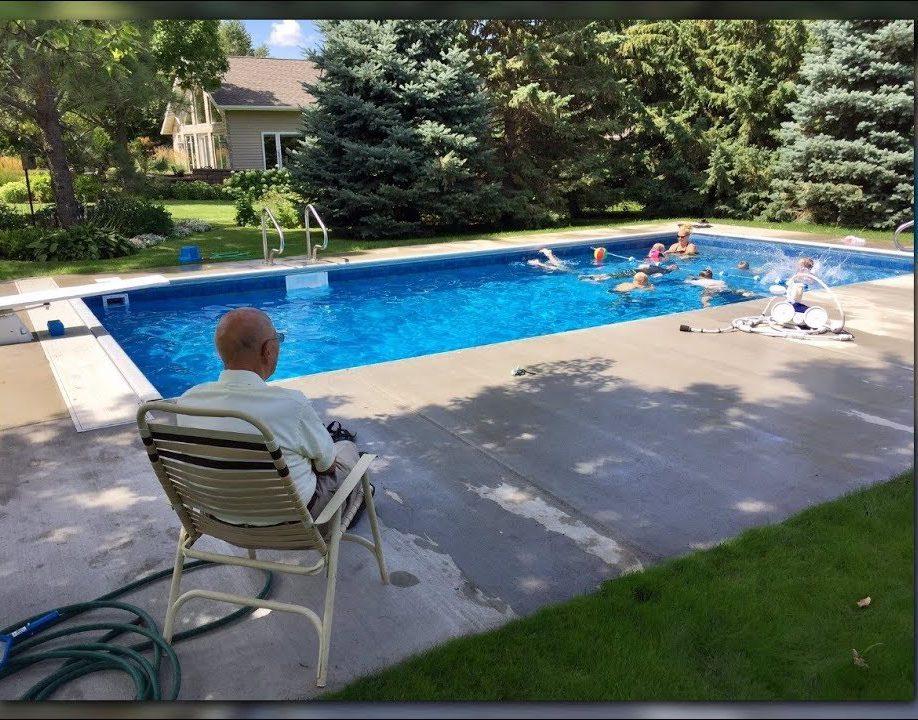 El vecino más querido: Abuelito construyó una piscina en su casa para superar la tristeza de perder a su esposa