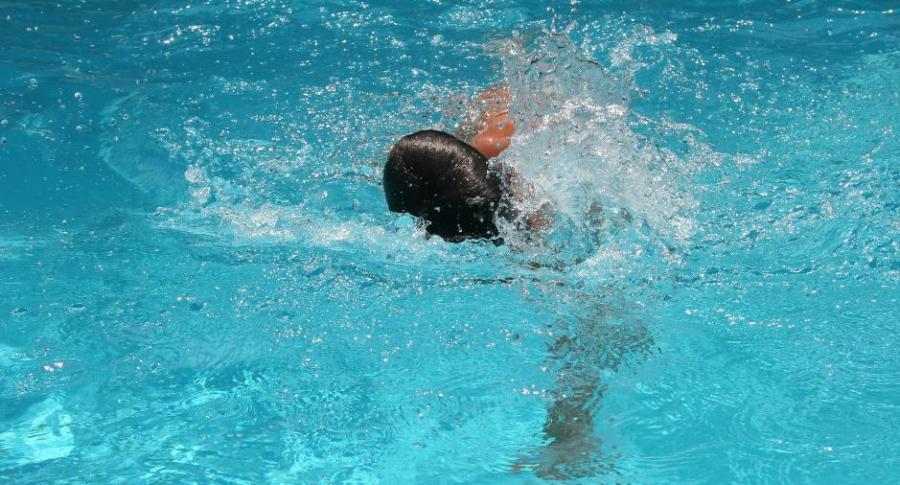 Niño falleció tras ahogarse en la alberca de su casa: Nadie estaba cuidándolo