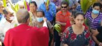 '¡Esta babosa@*%... quítesela!': sacerdote le arranca cubrebocas a mujer; internautas lo atacan