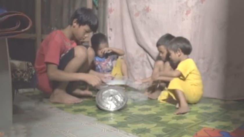Manuel, de 13 años, cuida de sus 3 hermanitos; su mamá murió y su papá los abandonó
