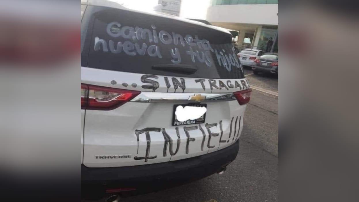 Camioneta nueva y tus hijos sin comer: Joven madre vandaliza vehículo de su ex