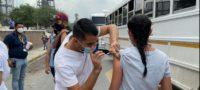 Vacunan a trabajadores de la región con el sistema Drive-Thru