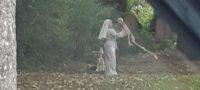 ¡De terror! Captan a mujer vestida de monja bailando con un esqueleto en pleno cementerio
