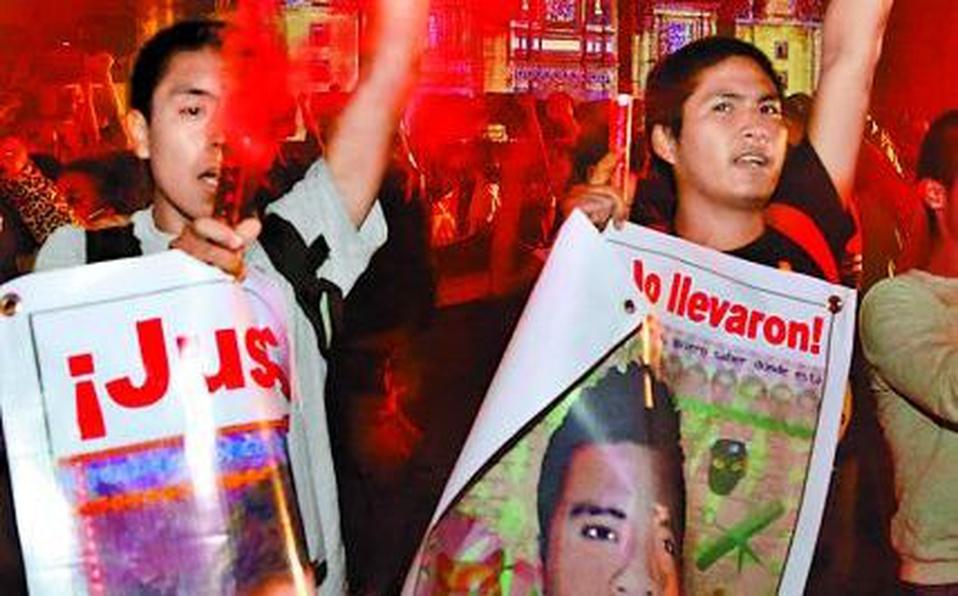 ¡Entreguen a Tomás Zerón!; familiares de los 43 de Ayotzinapa toman la calles de New York para exigir justicia