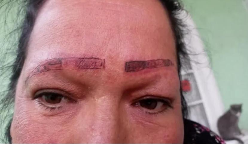 Esos marranos le quemaron la cara a mi mamá: exponen mal trabajo de tatuadores en redes