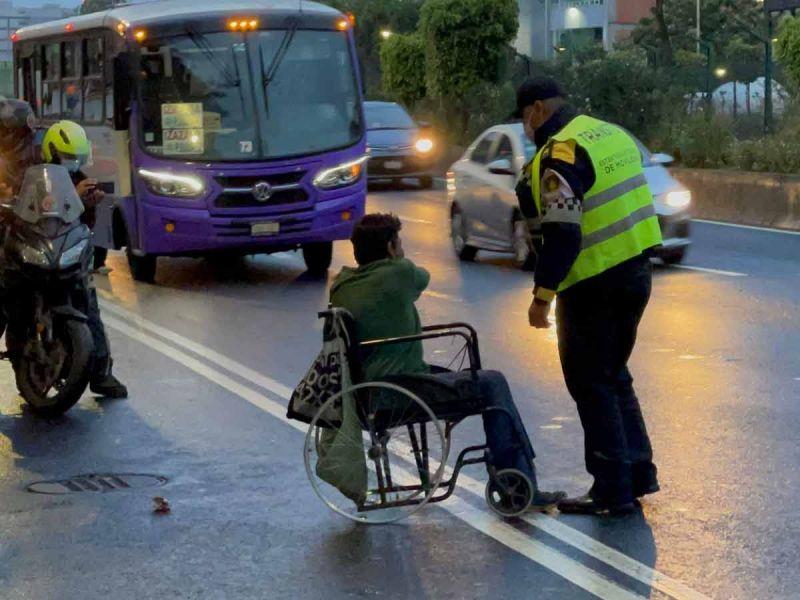 Hombre en silla de ruedas moviliza a policías; circulaba por carriles de Tlalpan