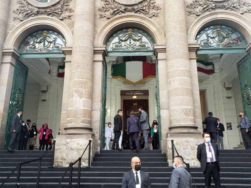 Llegan funcionarios y diputados al Congreso CDMX para Tercer Informe