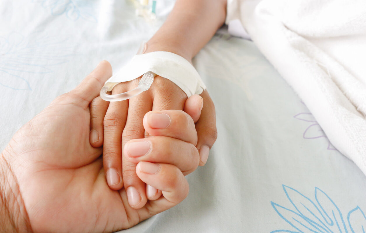 Bebé de 2 años se cayó de moto en movimiento: Su padrastro intentaba secuestrarlo