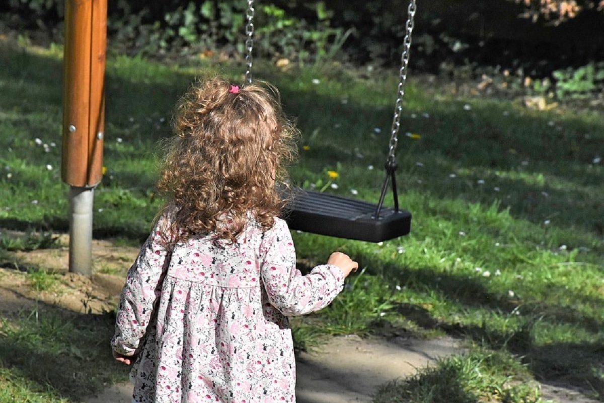 Bebita de 2 años termina en hospital tras encontrar una bolsa de drogas en parque