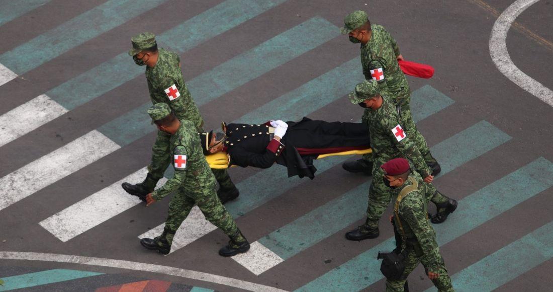 Cadete del Heroico Colegio Militar se desmaya en pleno desfile en el Zócalo