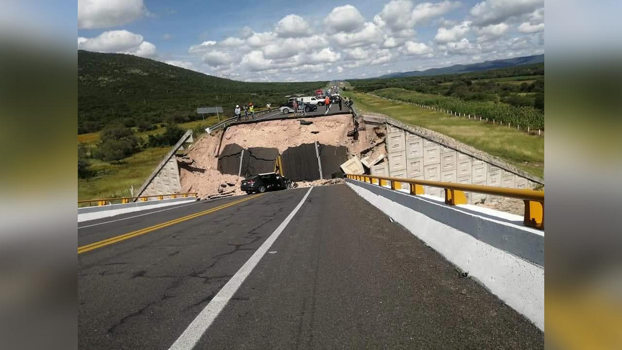 Mujer falleció en colapso de puente vehicular; 4 trabajadores resultaron lesionados
