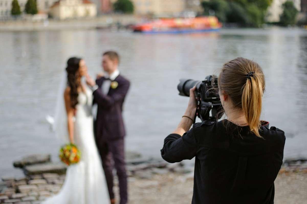 Fotógrafa eliminó las fotos de la boda de su amigo: No le ofrecieron ni un vaso de agua en el evento