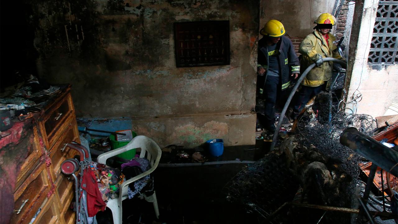 Joven casi muere en incendio; dejó su celular cargando sobre su cama