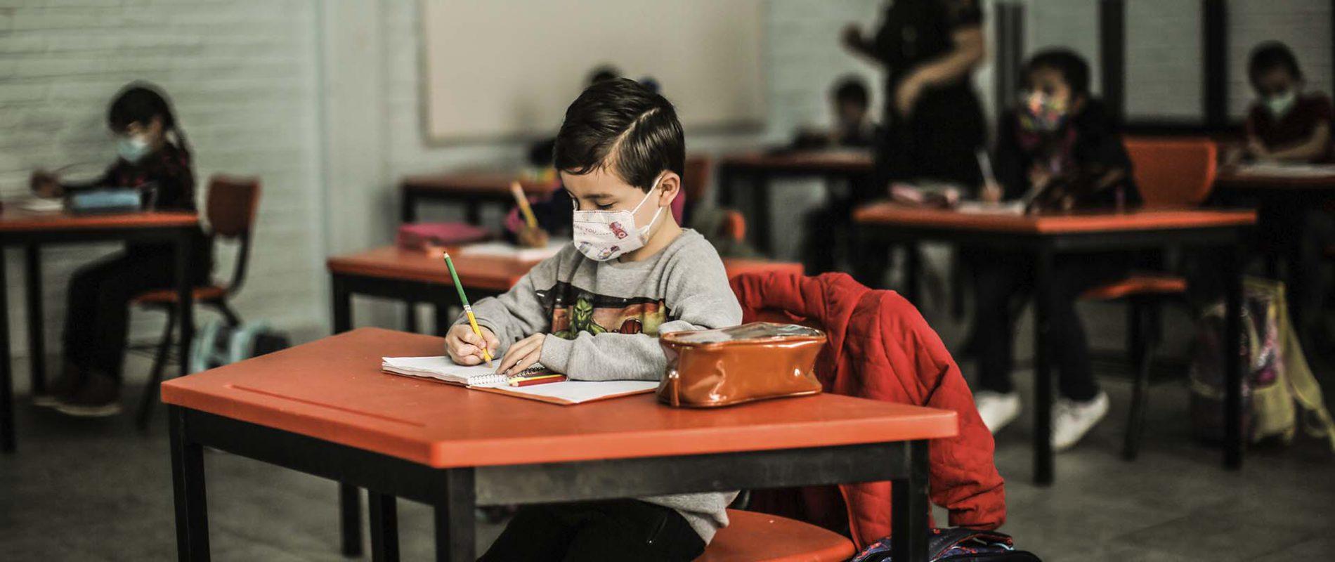 Maestra castigó a un pequeño de 9 años por olvidar ponerse el cubrebocas: Se lo pegó a la cara con cinta