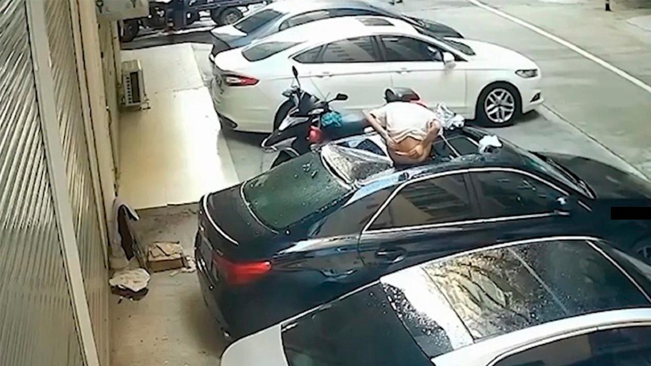 Mujer cayó de balcón donde tenía relaciones sexuales: Aterrizó sobre un auto