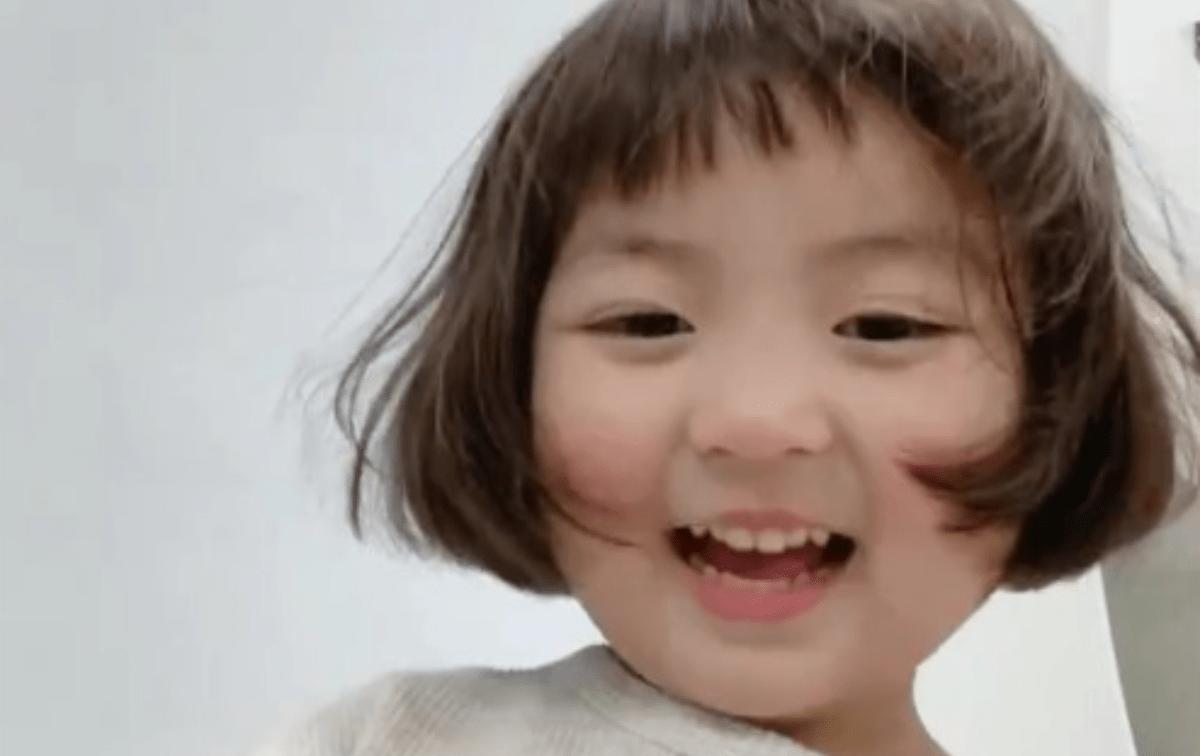 Adiós stickers de la 'niña coreana': Su mamá demandará a quienes los usen
