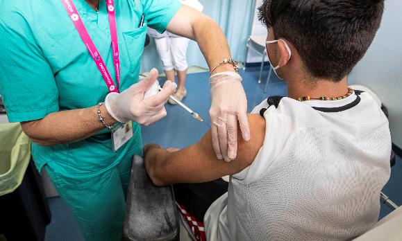 Pese amparo, personal de salud le niega vacuna contra el COVID a menor de edad
