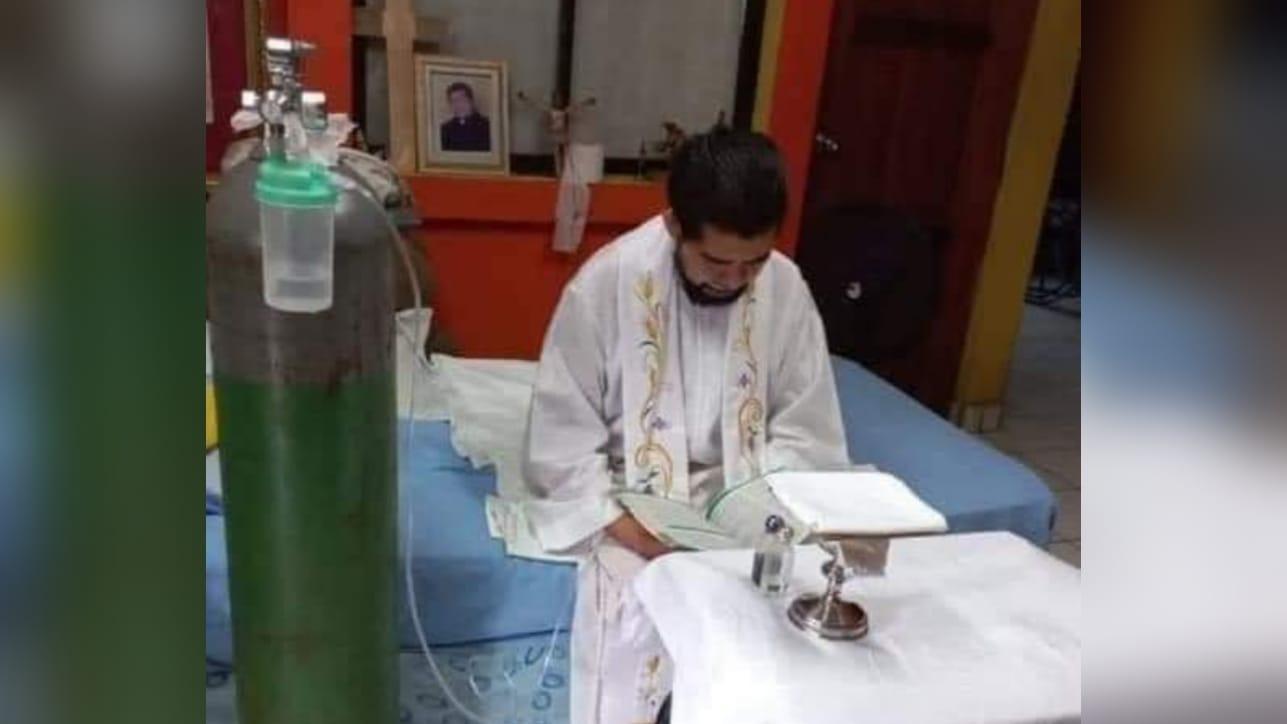 Sacerdote no se rinde: Ofició misa virtual a pesar de estar conectado a un tanque de oxígeno