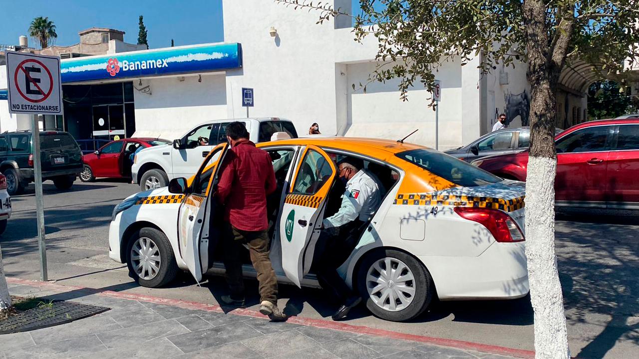 Sorprenden a taxista de Nuevo León en Monclova trasladando migrantes haitianos
