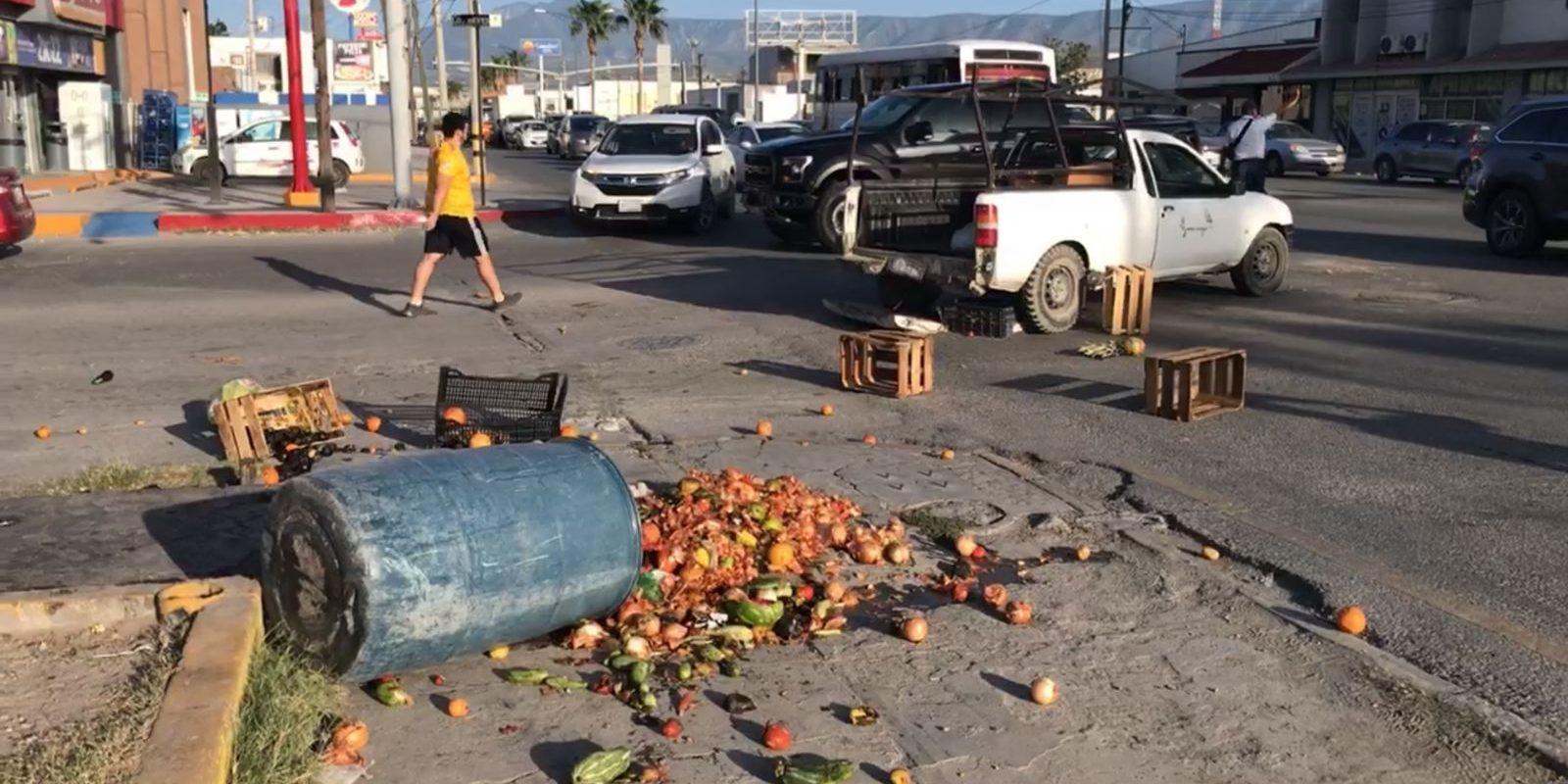 Desigual encontronazo entre camioneta Raptor y estaquitas, cargada con frutas en Monclova