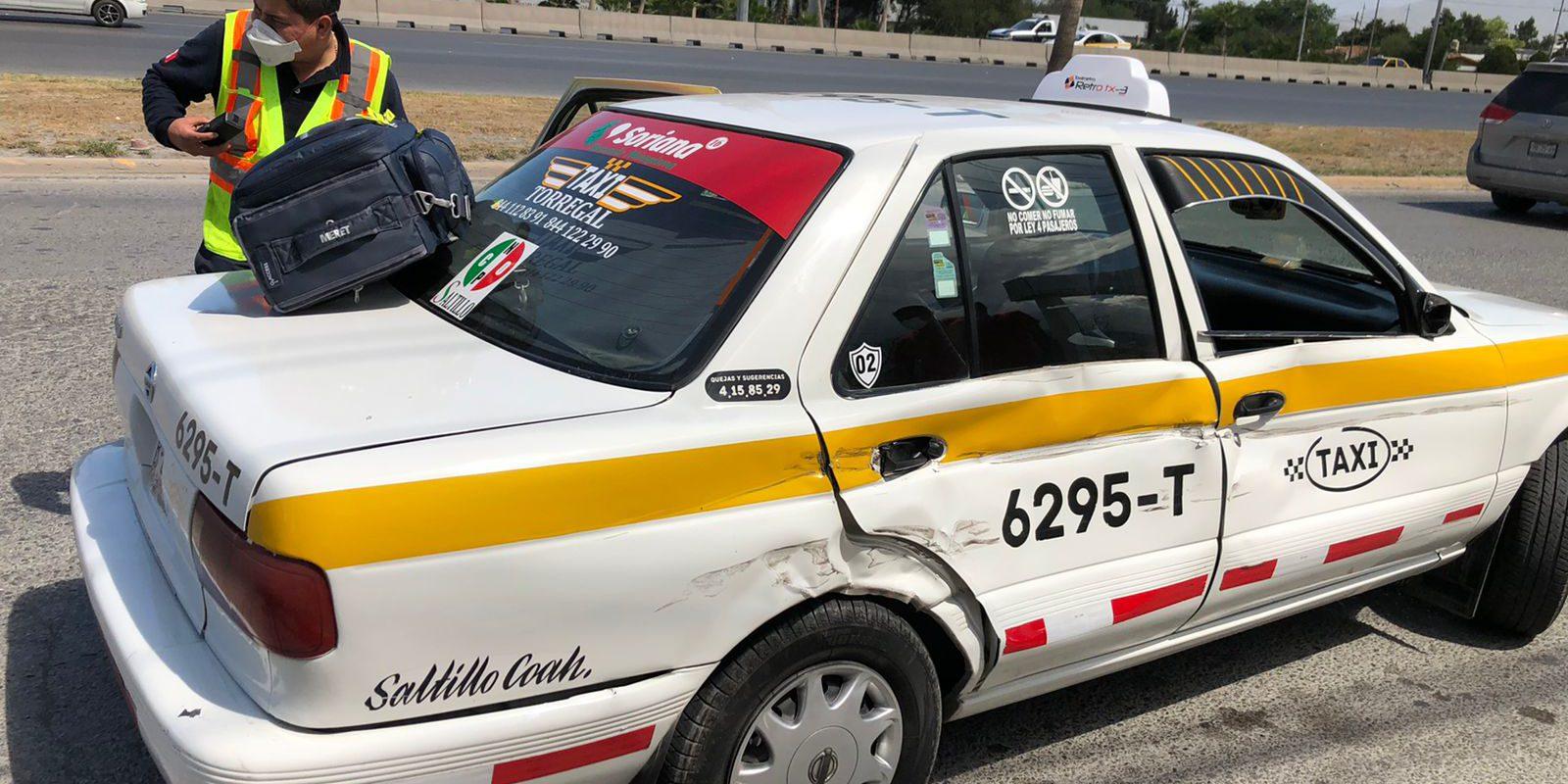 Taxista ocasiona choque y deja una lesionada en el bulevar Fundadores