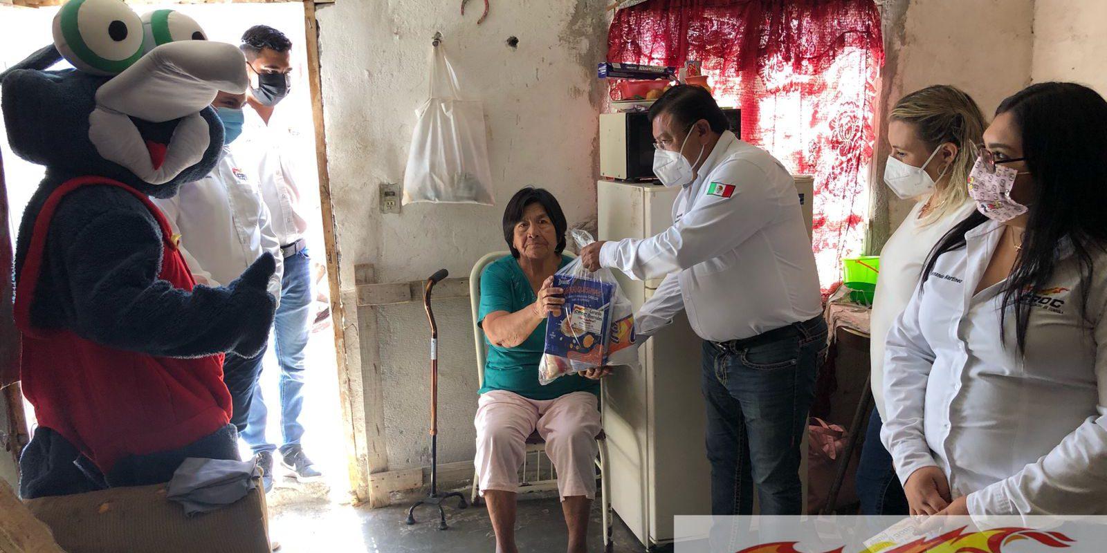 CROC entrega despensas a vecinos de la colonia Felipe Pescador en Frontera