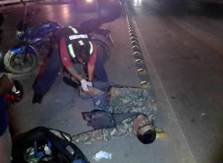 Pega y corre; impactan a motociclista y sale disparado
