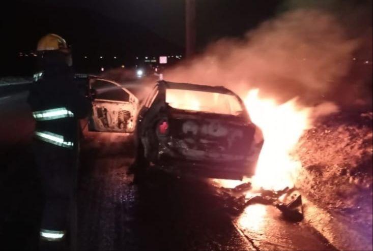 Rápido y fogoso; se le prende en llamas el carro en plena carretera