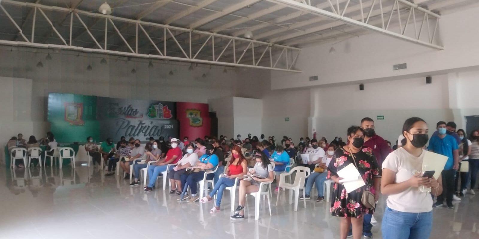 Largas filas se presentan en el registro de vacunación en San Buenaventura