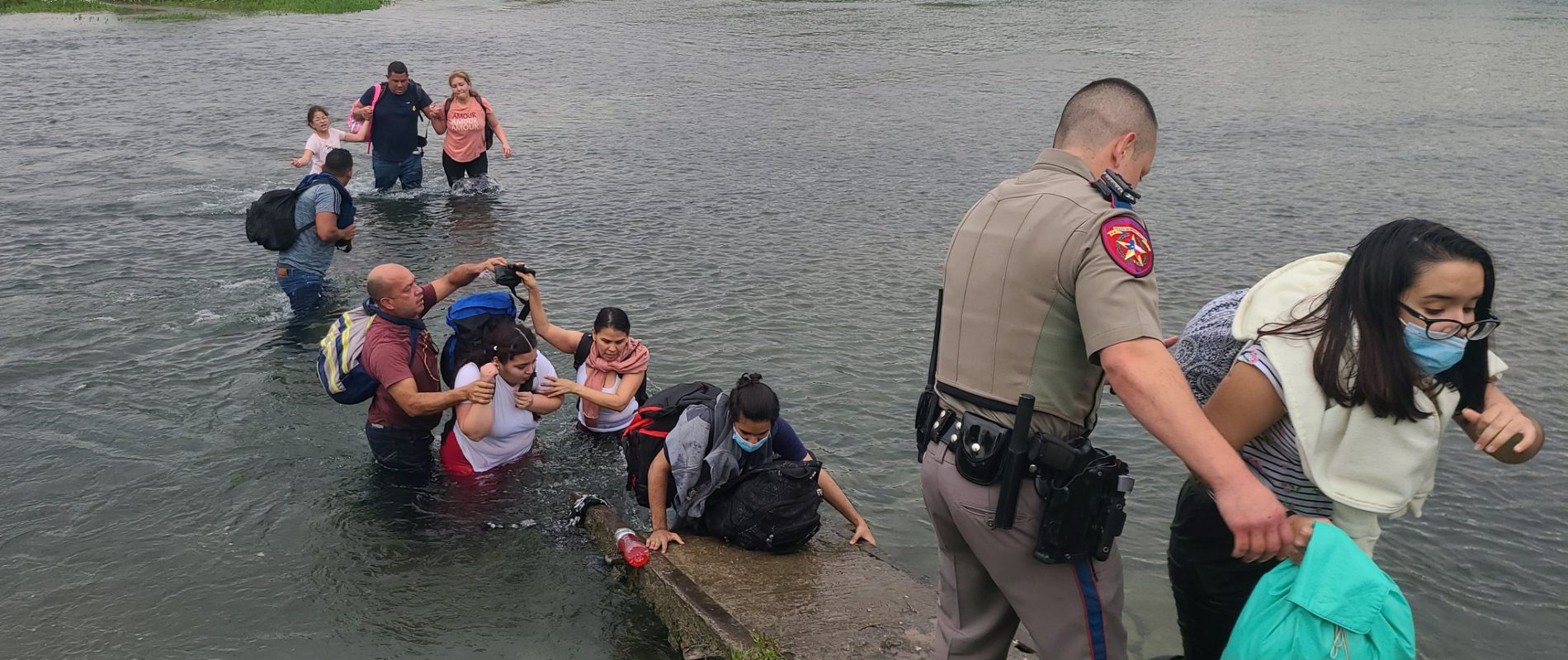 Migrantes cruzan frontera de México y EU para comprar víveres; después vuelven a Estados Unidos