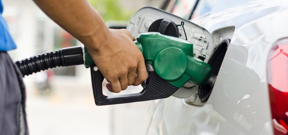 Taxista llena el tanque y se va sin pagar