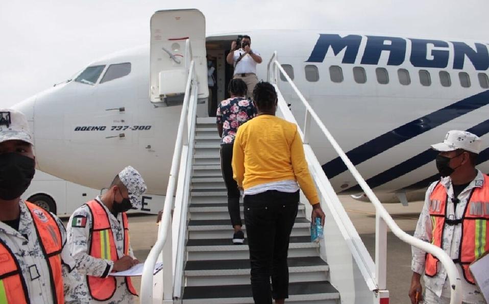México regresa en avión a primeros 70 haitianos; estaban en 4 lugares distintos