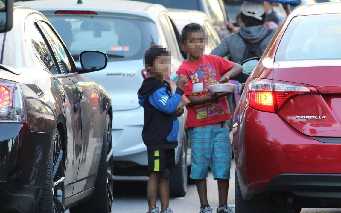Rescatan a niños en Frontera: Su mamá los observaba desde la 'sombrita' mientras vendían dulces bajo el sol