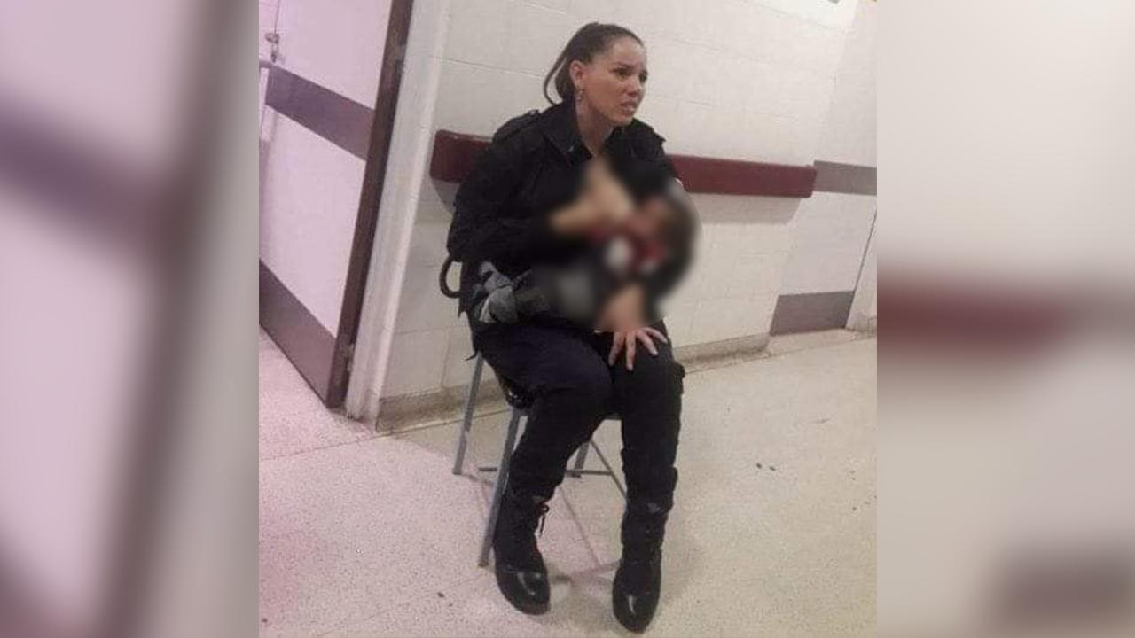Tiene un gran corazón: abandonan a bebé desnutrido en hospital y policía lo amamanta