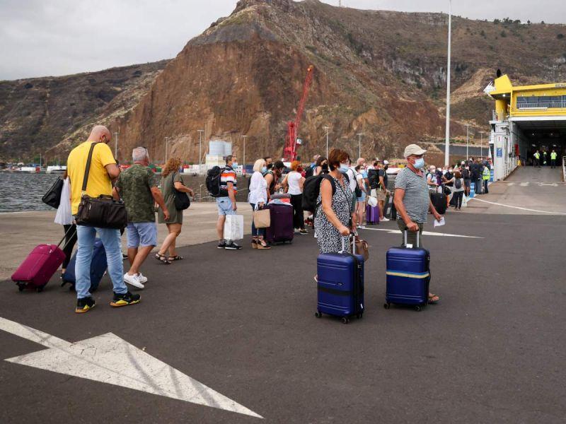 Reabre aeropuerto de La Palma tras cierre por cenizas volcánicas