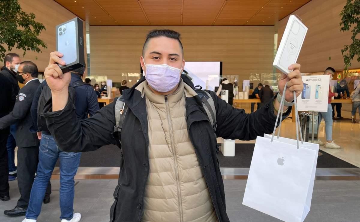 Arturo hizo fila durante 17 horas para ser el primer mexicano en comprar el iPhone 13