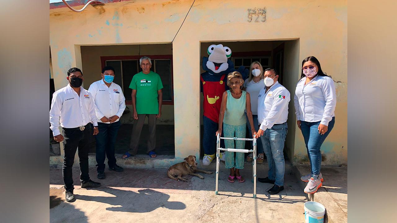 CROC sigue apoyando en Frontera; entregaron andadera a doña Socorro