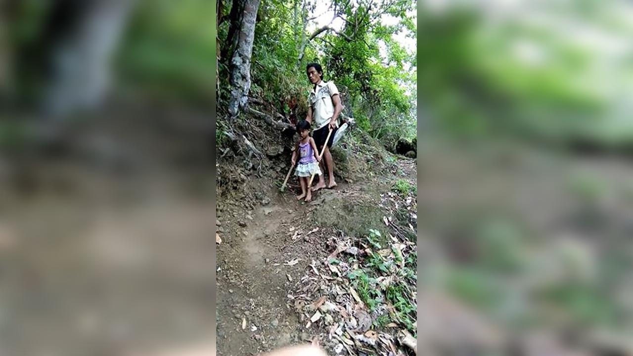 Pequeña de 5 años acompaña a su papi ciego a trabajar: Le indica el camino correcto para que no se lastime