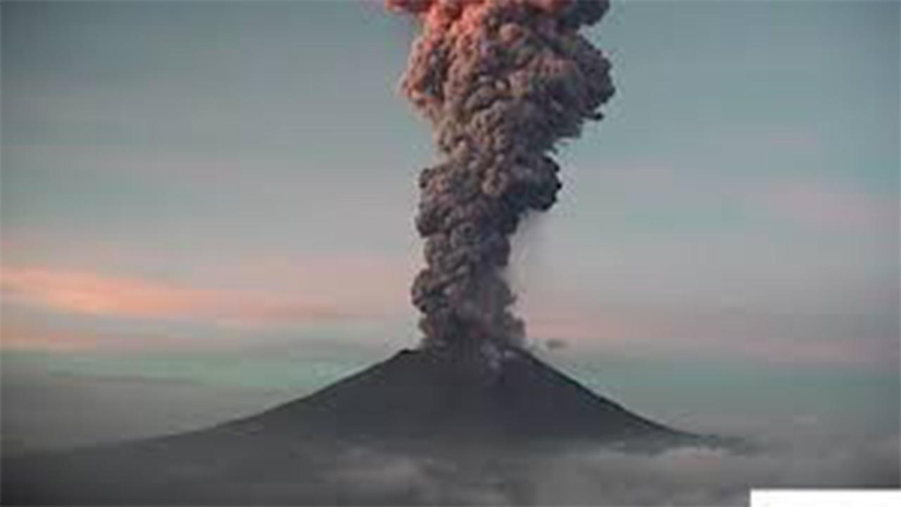 Popocatépetl amanece con explosión y gran fumarola