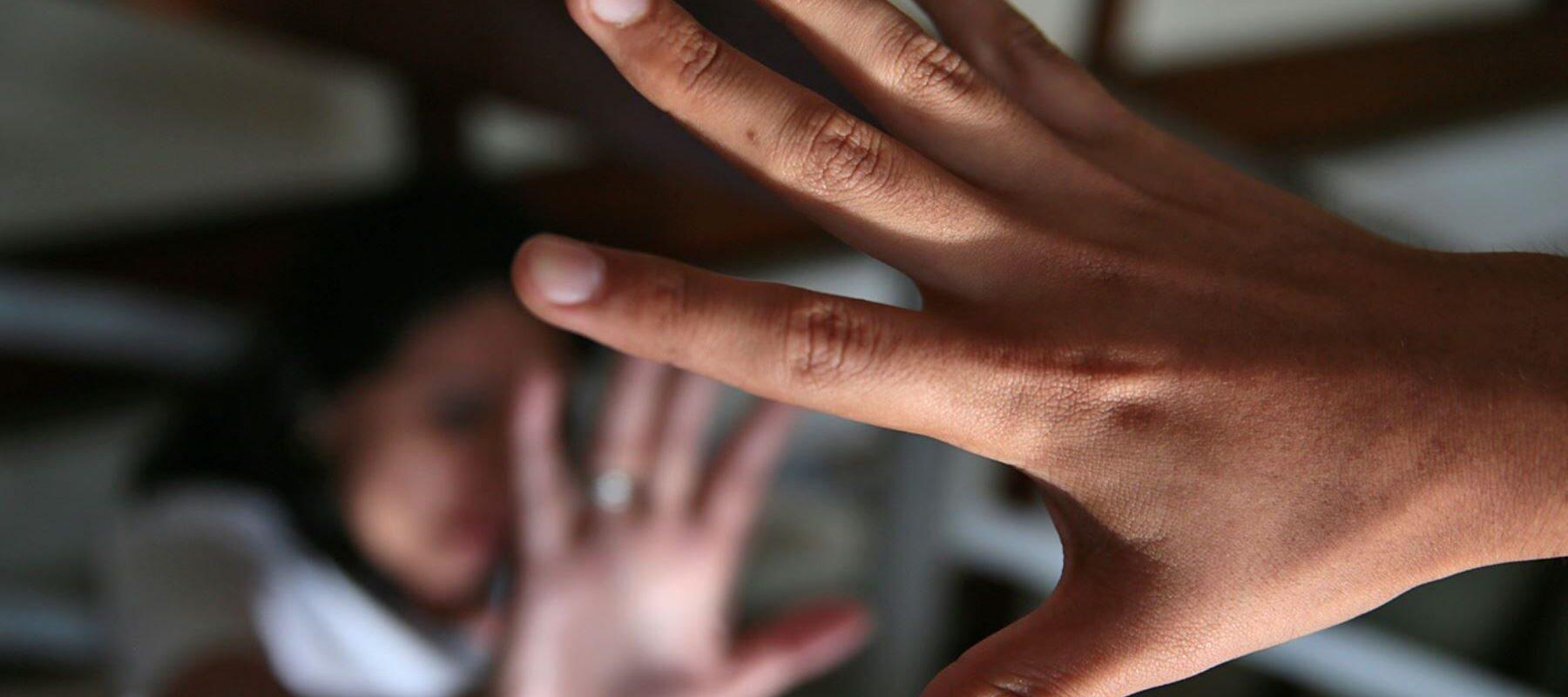 Santiago golpeó a su novia embarazada al encontrarla fuera de casa: No le dio permiso de salir