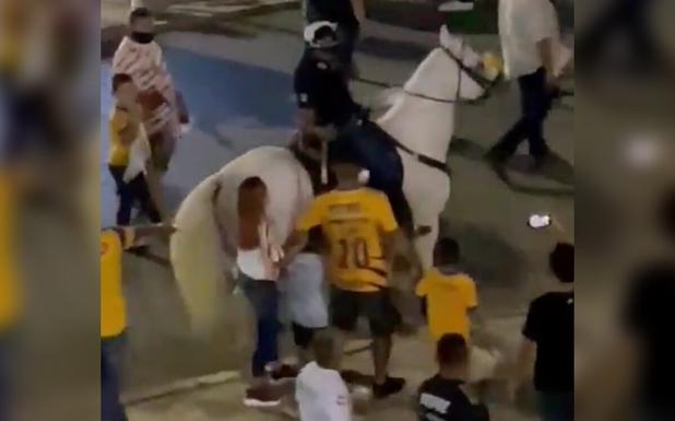 Policías agreden a aficionado de Tigres frente a su esposa e hijos; 'le querían robar la cadena de oro', acusan