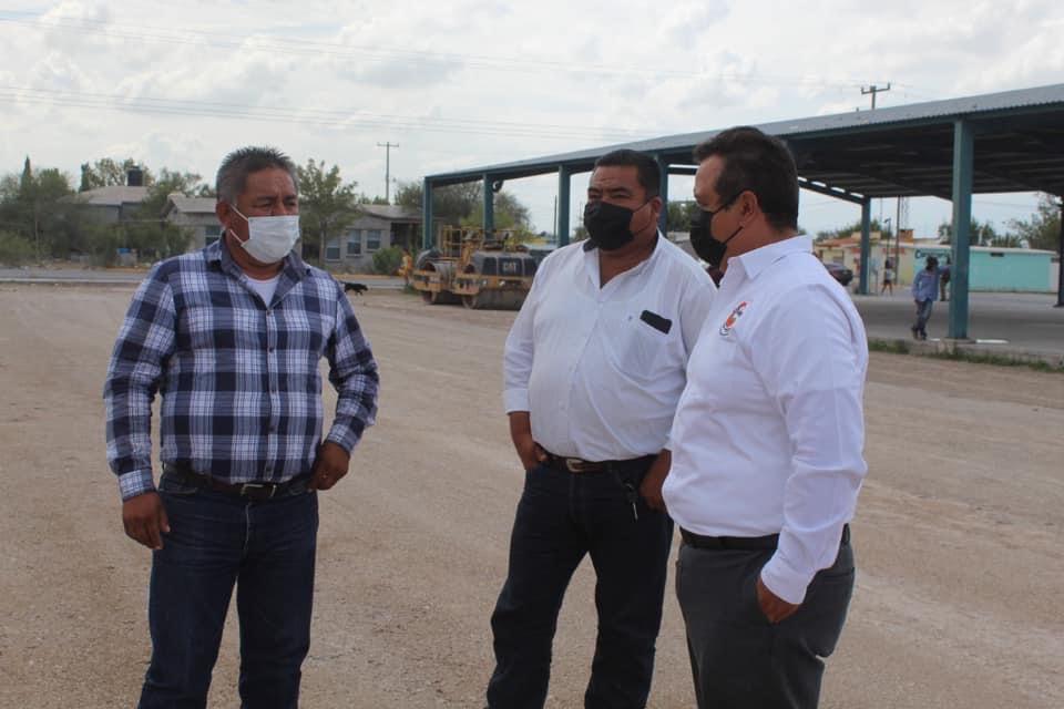 Supervisa Enrique Soto obra de cancha de pasto sintético en la Emiliano Zapata