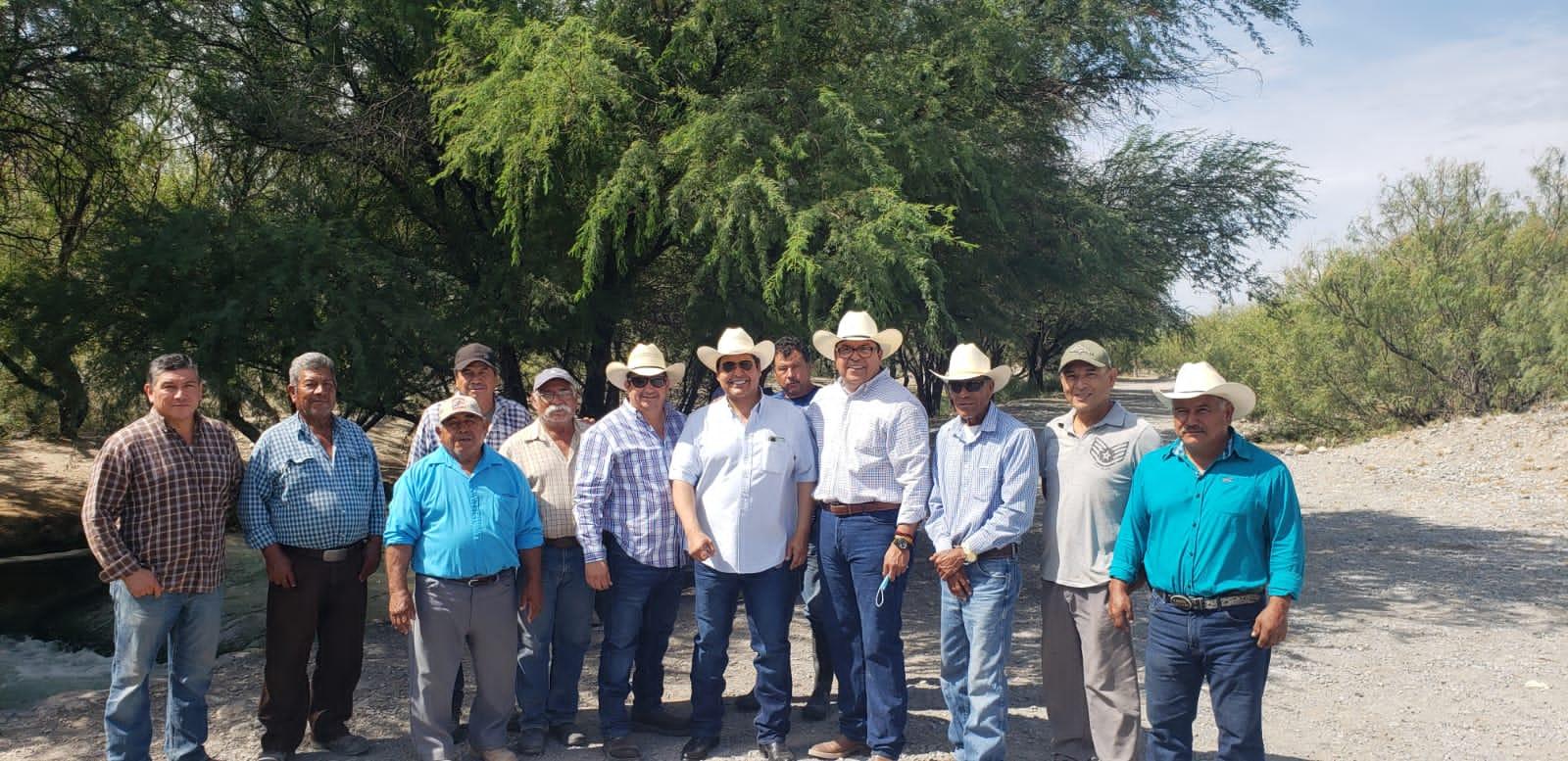 Se compromete Roberto Piña a solucionar problemas de agua de riego del ejido 8 de Enero y La Cruz.