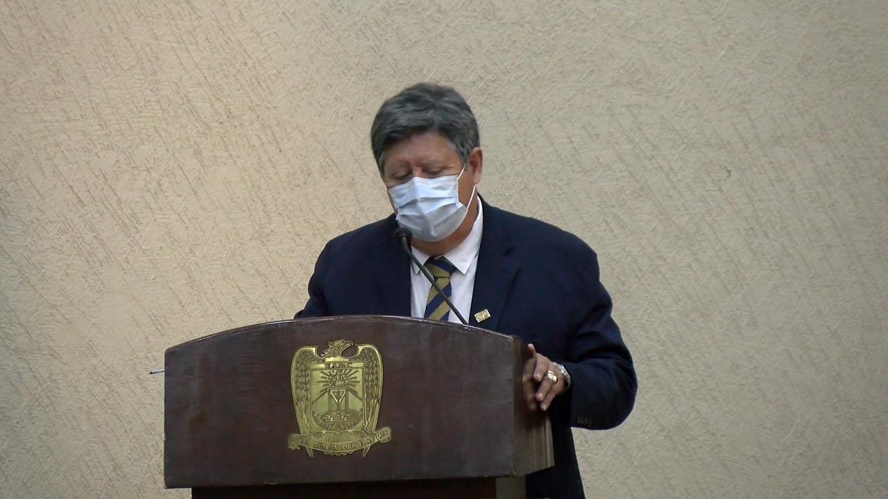 Realizan homenaje al Doctor Max Elguezabal Mendoza por su jubilación tras 34 años de servicio de salud