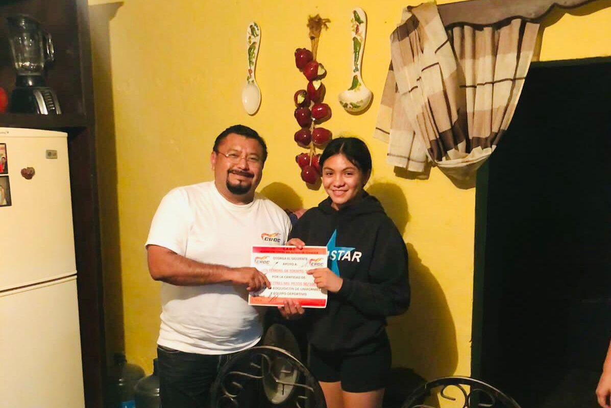 Entrega la CROC donativo económico a Alondra 'La Polvorita' Sánchez; peleará en Acapulco