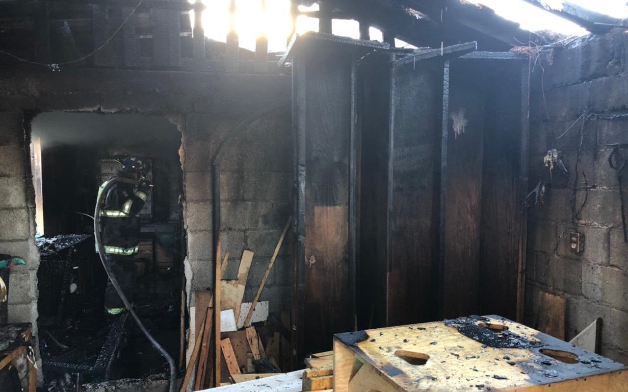 Consume incendio taller de Carpintería en la Oscar Flores Tapia de Monclova; presumen fue provocado