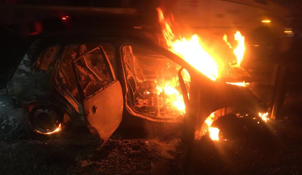 Choca y se incendia vehículo
